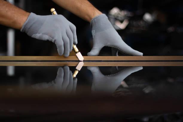 glasschneider - fensterbauer stock-fotos und bilder