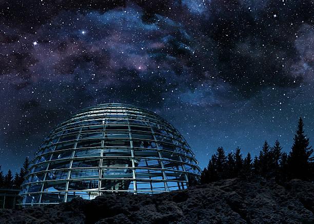 ガラスのドームに銀河系 - 観測所 ストックフォトと画像