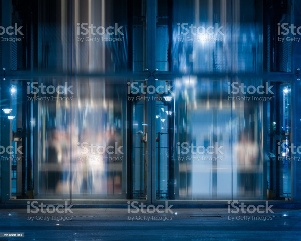Glass Entrance Of modern office building at night foto stock royalty-free