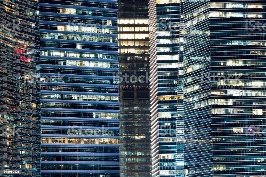 Glasfassade des modernen Stadt Hochhäuser verwendest, Beleuchtung durch Menschenhand, Energieverbrauch bei Nacht – Foto