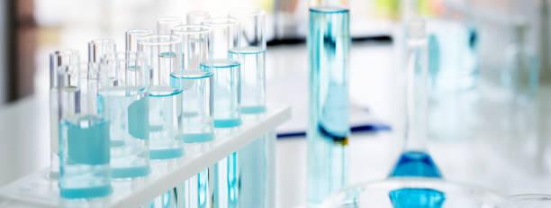 glaskolv i kemisk vetenskap utbildning laboratorium med molekylär struktur i blå bakgrund - laboratorium bildbanksfoton och bilder