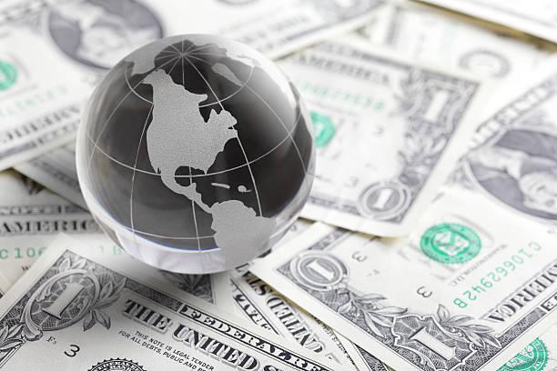 Glas globe und Geld – Foto