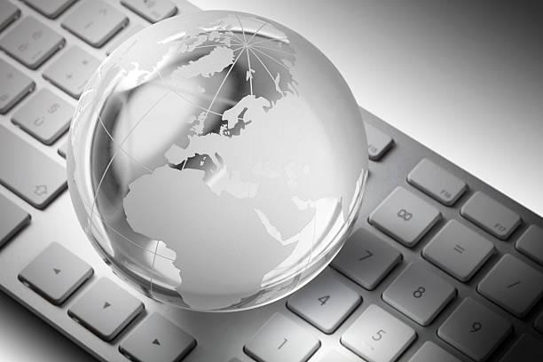 globo de vidro no teclado do computador - mapa mundi imagens e fotografias de stock