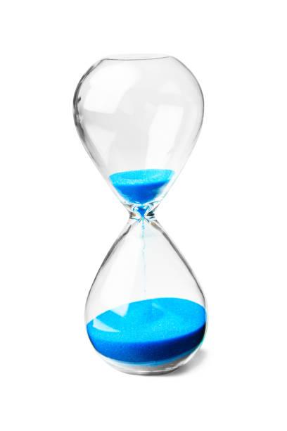 glazen zandloper met blauw zand geïsoleerd op witte achtergrond - zandloper icoon stockfoto's en -beelden