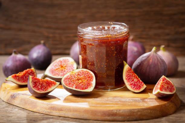 pot en verre de confiture de figues avec des fruits frais - figue photos et images de collection