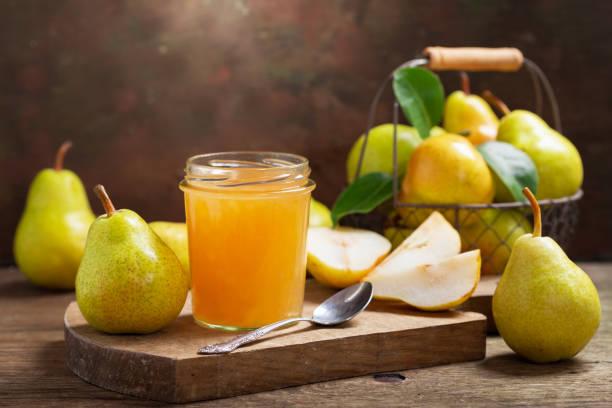 glass jar of pear jam with fresh fruits - pera foto e immagini stock