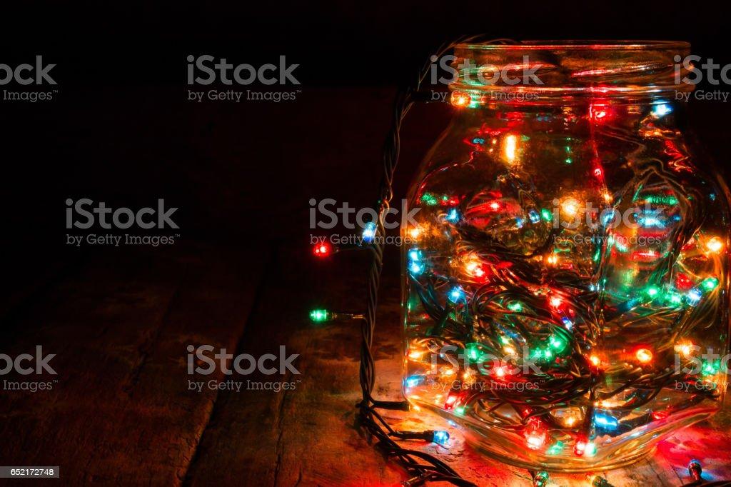 Glas mit Girlanden auf einem schwarzen Hintergrund und Platz für text – Foto