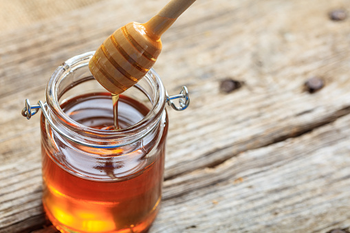 A Glass Jar With Honey - Fotografias de stock e mais imagens de Amarelo