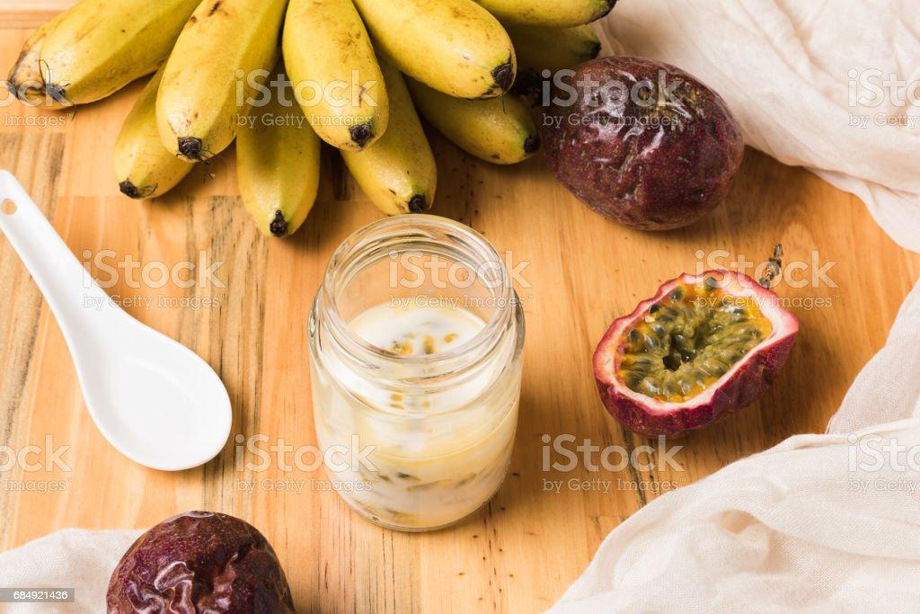 Glasdose mit Joghurt auf hölzernen Hintergrund. Lizenzfreies stock-foto