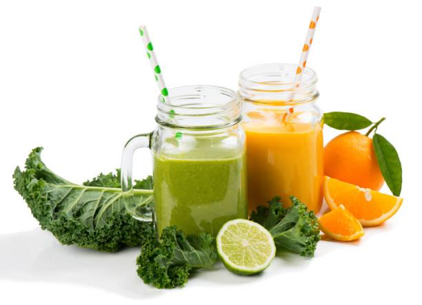 gläser von frucht-smoothies - einmachglassmoothie stock-fotos und bilder