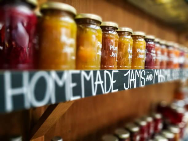 Bocaux de confiture maison et marmelade à vendre au marché de l'alimentation - Photo