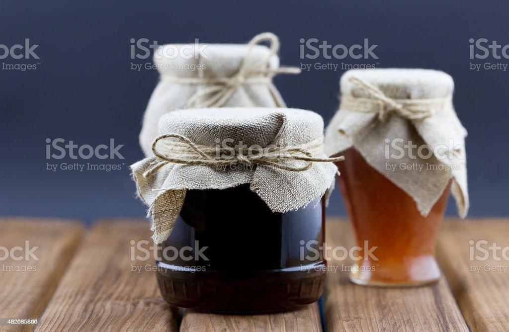 Glas Jar of Marmelade und Honig auf hölzernen Hintergrund – Foto