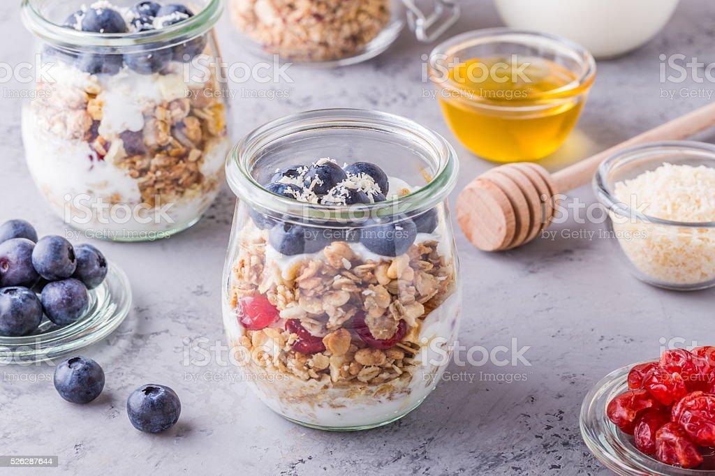 Glas Jar Von Haferflocken Mit Obst Joghurt Und Honig Stockfoto Und