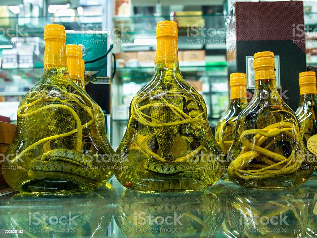 Frascos de vidrio con alcoholized snakes se encuentra en una mesa de vidrio - foto de stock