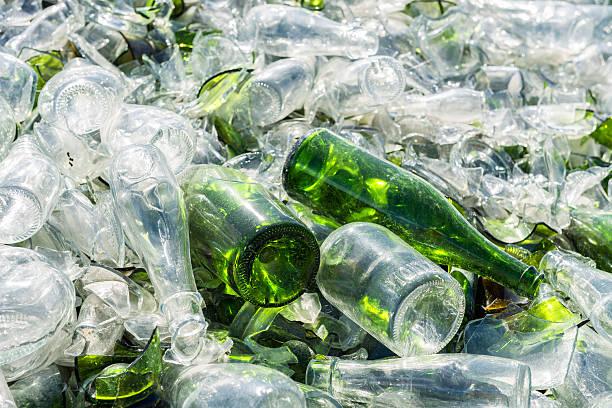 glas-hersteller - recycelte weinflaschen stock-fotos und bilder