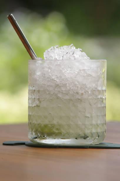 으깬 얼음 조각을 곁들인 알코올 칵테일 한 잔 - 얼음 조각 뉴스 사진 이미지