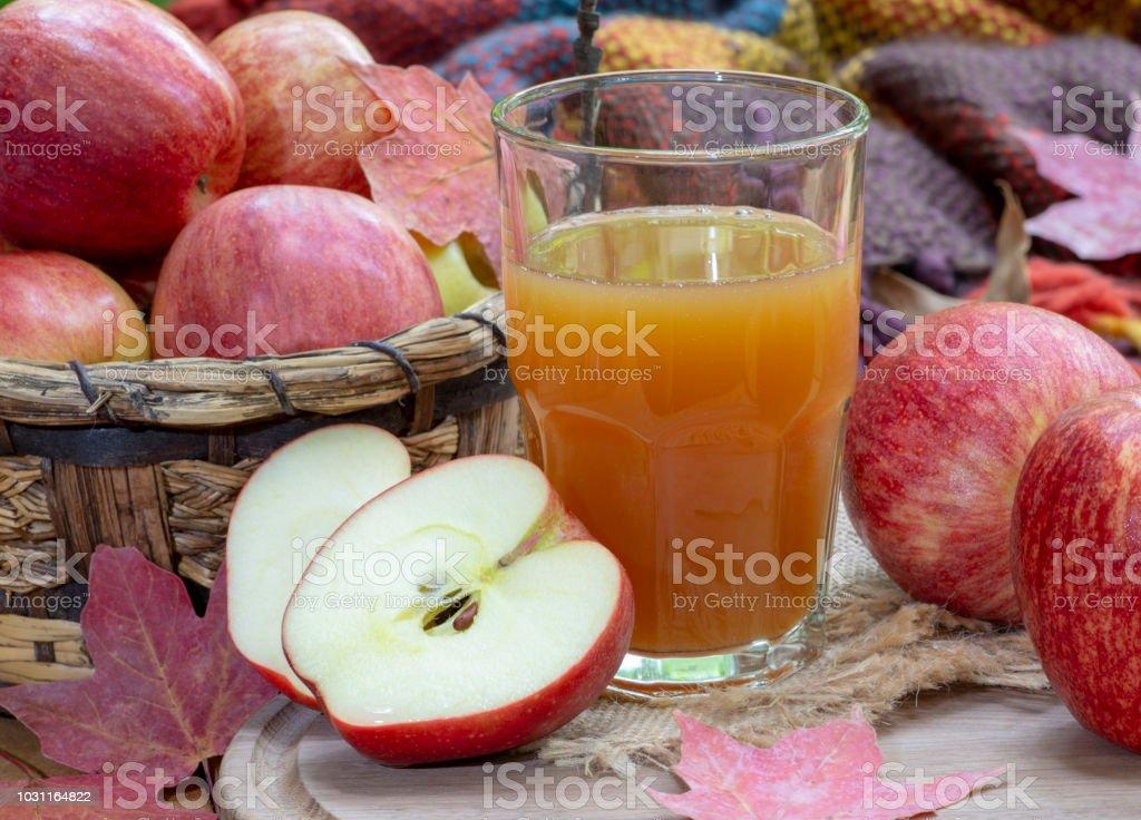 Glas Apfelwein und frische rote Äpfel – Foto