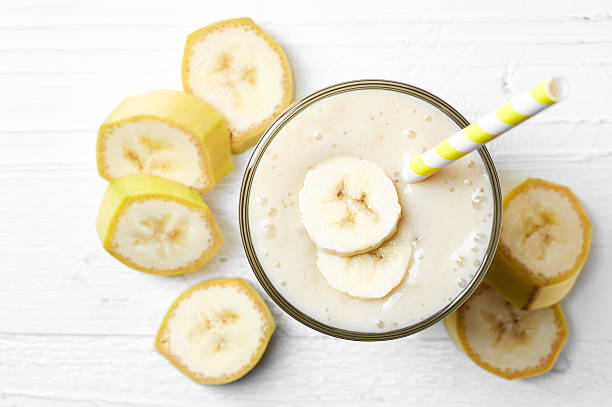 glass of banana smoothie - milkshake stockfoto's en -beelden