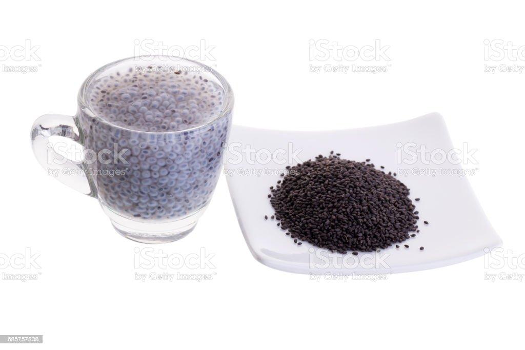 Verre de graines de basilic au sirop et des graines de basilic citron sur fond blanc photo libre de droits