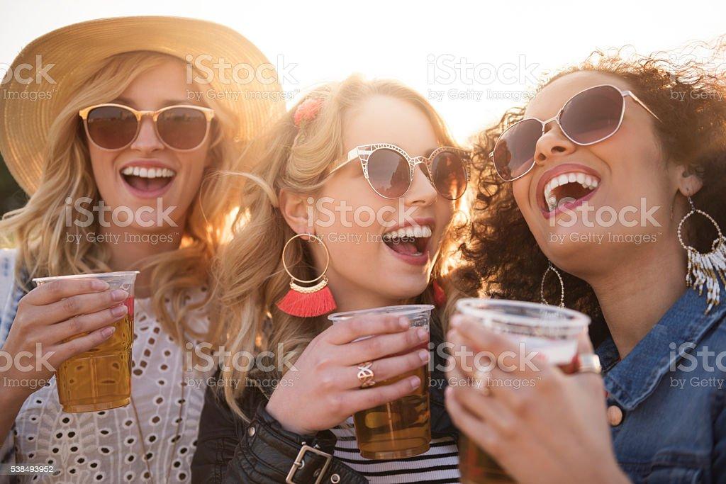 Glas von Bier und viel Spaß – Foto