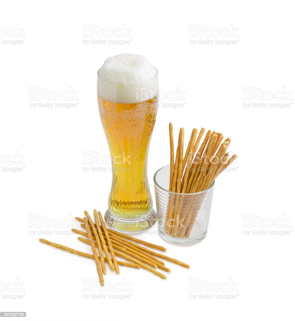 Glass of beer and salty hard crispy pretzels foto stock royalty-free