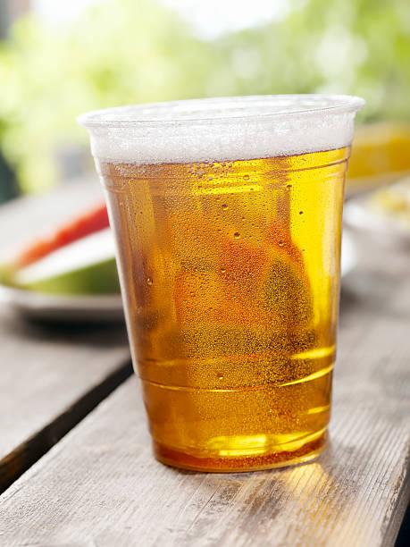 glas bier in ein picknick - picknick tisch kühler stock-fotos und bilder