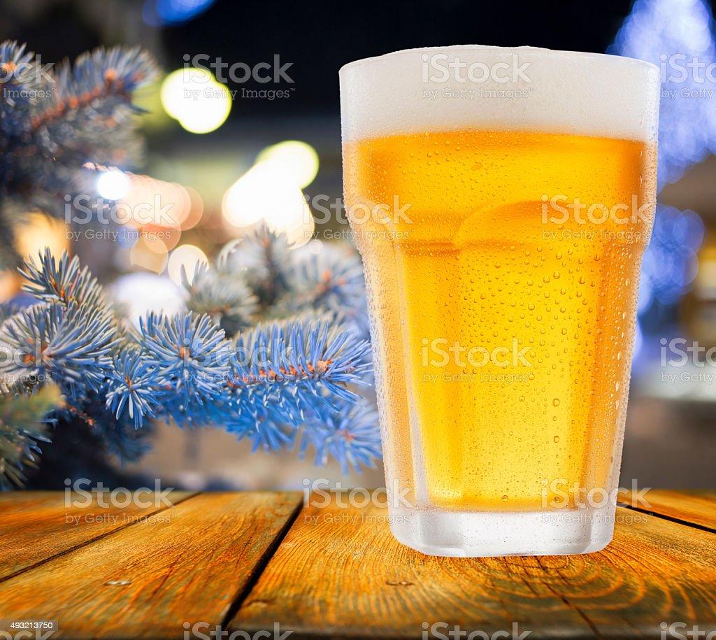 Bier Weihnachtsbaum.Glas Bier Weihnachtsbaum Und Lichtern Im Hintergrund Stockfoto Und