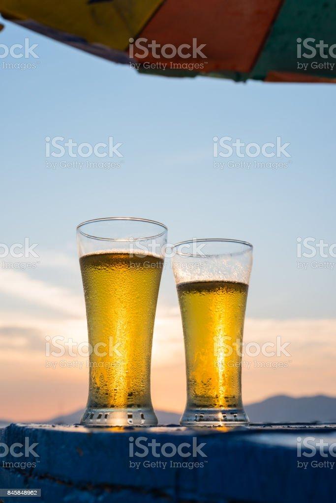 Glas Bier auf den Sonnenuntergang – Foto