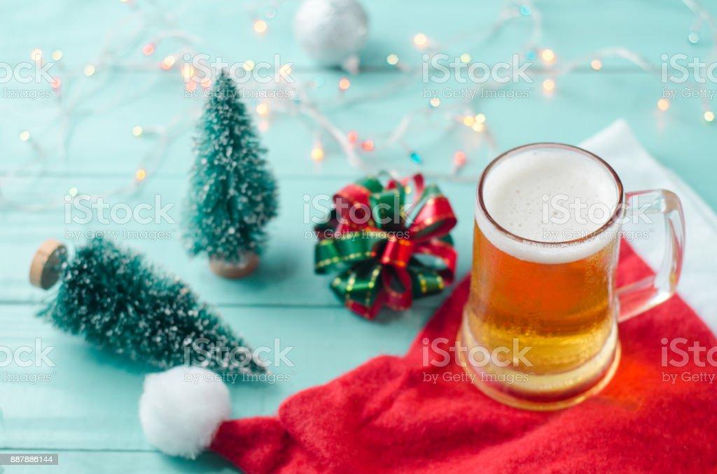 Bier Weihnachtsbaum.Glas Bier Auf Weihnachten Hintergrund Mit Weihnachtsbaum Band Weihnachtsmann Mütze Und Lichter Stockfoto Und Mehr Bilder Von Alkoholisches Getränk
