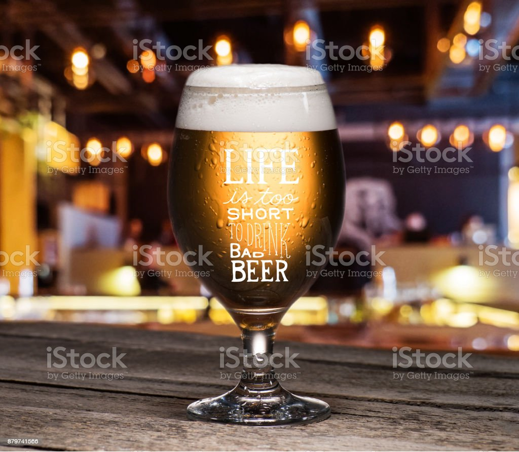 glass of beer on table – zdjęcie