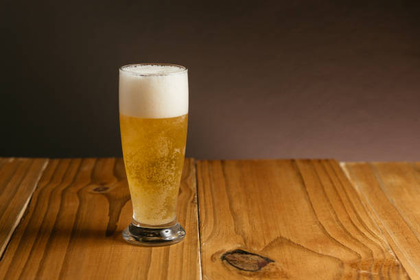 Glass of beer on wood table - foto stock