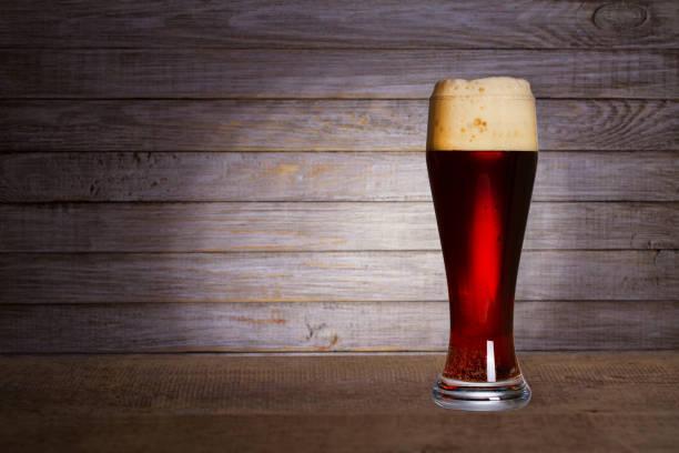 copo de cerveja no fundo de madeira com copyspace para texto - ale - fotografias e filmes do acervo