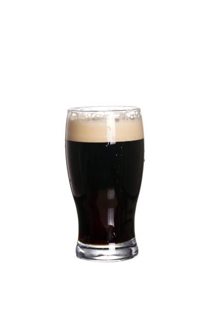 Un vaso de cerveza. Cerveza negra negra soplante, aislada sobre fondo blanco - foto de stock