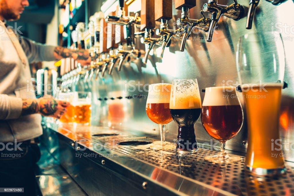 ビール樽、瓶と新鮮なホップ静物 ロイヤリティフリーストックフォト