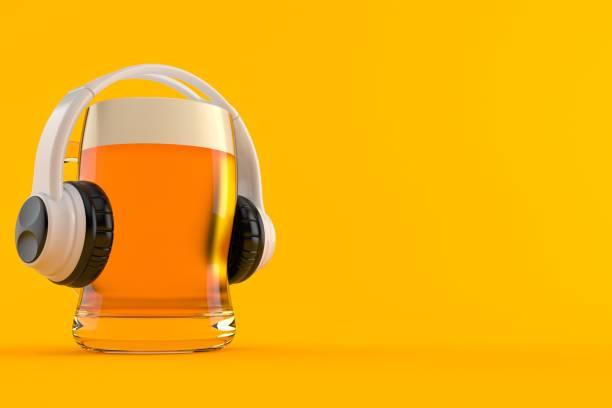 Glas Bier mit Kopfhörern – Foto