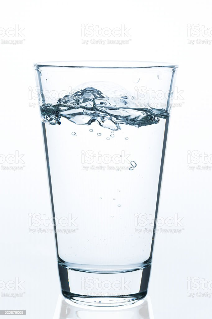 Glas sprudelndes Wasser stock photo