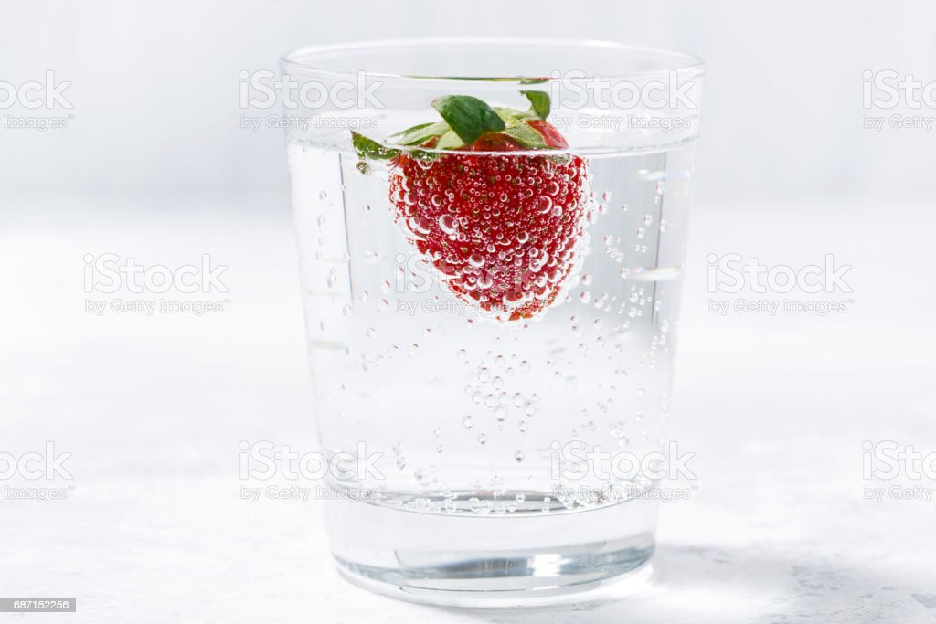 glass of carbonated water with fresh strawberries – Foto
