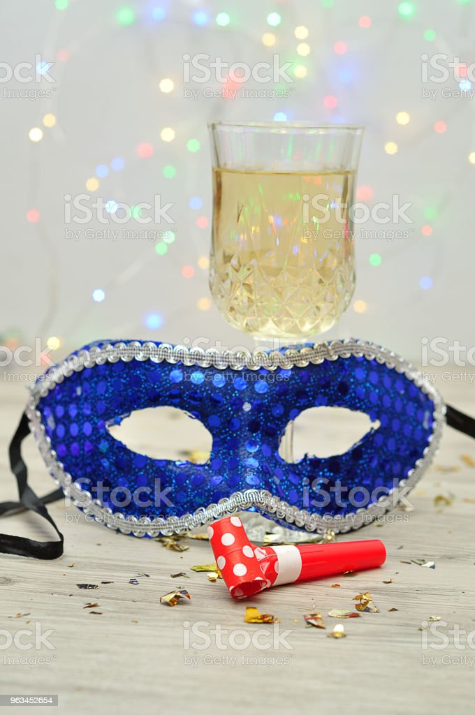 Un verre de champagne affiché avec un masque et un souffleur de la fête - Photo de Accessoire de déguisement libre de droits