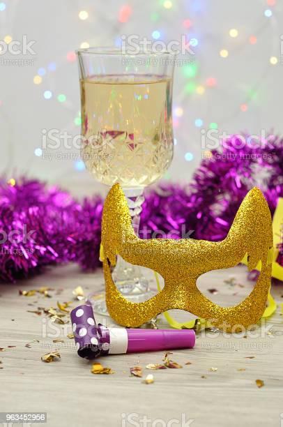 Kieliszek Szampana Z Maską Dmuchawą Imprezową I Blichtrem - zdjęcia stockowe i więcej obrazów Alkohol - napój