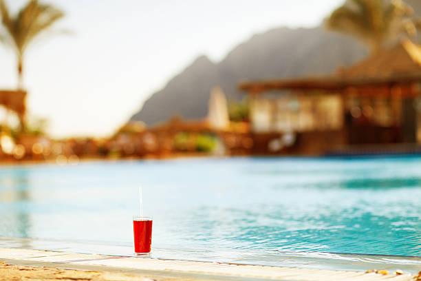 Glas cocktail am Pool. – Foto