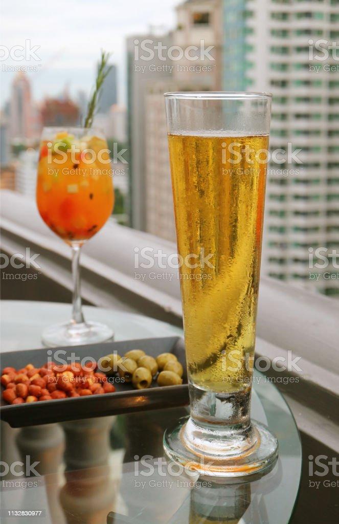 Copa De Cerveza De Barril Fría Con Frutas Frescas Borrosas