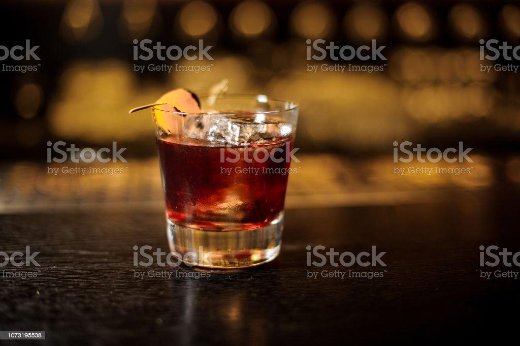 Frisch und stark Whiskey cocktail Glas verziert mit Orangenschale auf Bar – Foto