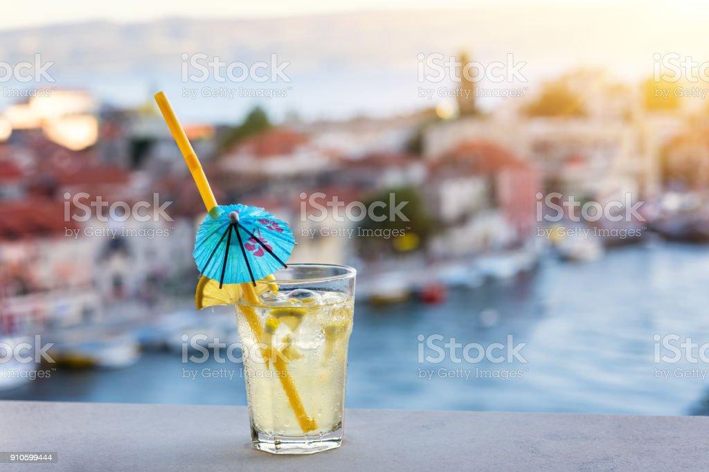 Glas frische Limonade mit Omis Riviera Blick bei Sonnenuntergang, Kroatien – Foto
