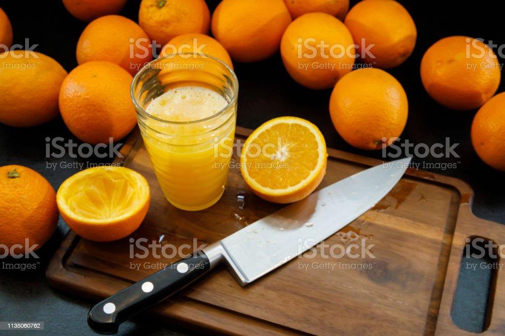 Een glas verse jus d'orange. Gezond leven concept. foto
