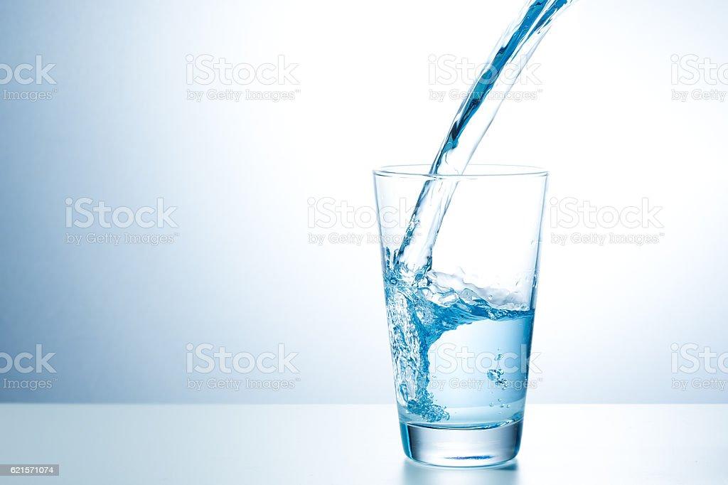 Verre d'eau fraîche photo libre de droits