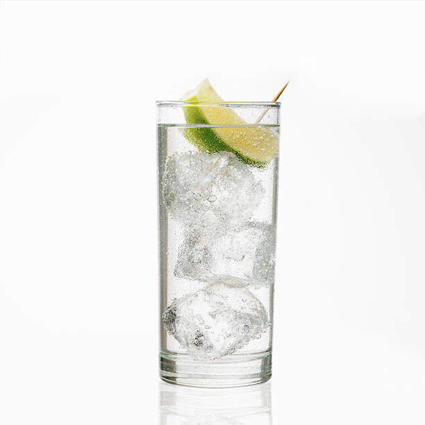 glass of gin and tonic with ice and lime - vodca - fotografias e filmes do acervo