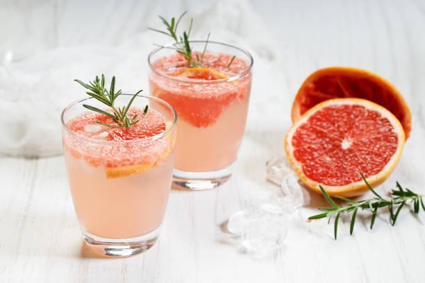 Glas Grapefruitgetränk mit Eis und Rosmarin – Foto