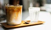木製トレイにアイスコーヒー1杯
