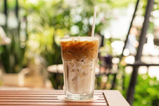 verre de glacé café sur la table en bois, journée d'été, gros plan - glaçage photos et images de collection