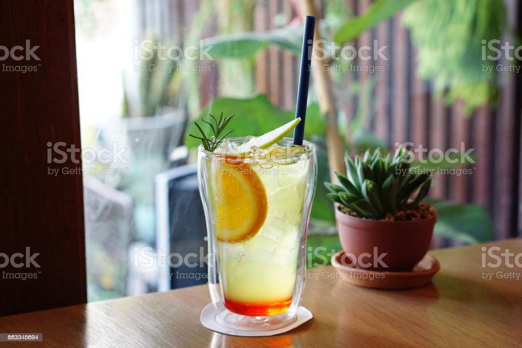 Ein Glas Gemischt Iced Apple Soda Mit Erdbeersirup Und Limonade ...